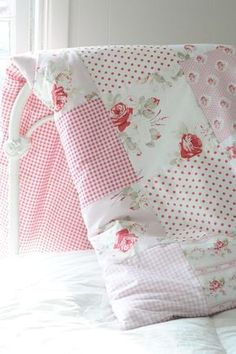 Floral Patchwork Quilts - Ideas on Foter Colchas Quilt, Patch Quilt, Quilt Blocks, Quilt Kits, Quilting Projects, Quilting Designs, Sewing Projects, Patchwork Designs, Baby Girl Quilts