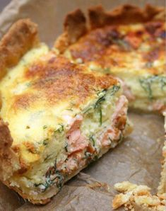 Here's an easy salmon quiche to enjoy with a glass of white wine for a light evening dinner. Do not bake it in advance to prevent the quiche from drying up. Dill is one the best aromatic herb… Fish Recipes, Seafood Recipes, Cooking Recipes, Healthy Recipes, Quiche Recipes, Brunch Recipes, Breakfast Recipes, Fish Dishes, Seafood Dishes