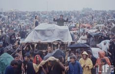 This month, in nearly half a million music lovers got together at a dairy farm in New York for the legendary Woodstock Festival. 1969 Woodstock, Festival Woodstock, Woodstock Music, Woodstock Pictures, Hippie Culture, Surfs Up, Breaking Bad, Art Fair, Summer Of Love