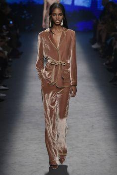 Alberta Ferretti aposta em peças femininas com ótimos pijamas festivos - Vogue   Desfiles