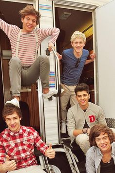I've seen this picture so many times. I just noticed that Louis' foot is on Liam's head.