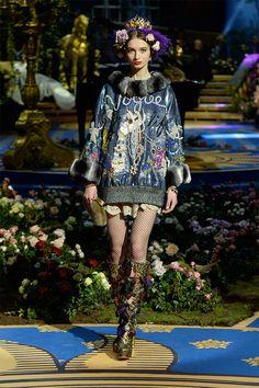 Alta-costura à italiana: pra quem não sabe, a Itália tem sua própria semana de moda de ateliê sob medida, a Alta Moda de Milão, e é nela que a Dolce & Gabbana apresenta a sua linha mais premium.