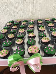 Mini cupcakes chocolate, perlas escarchadas.