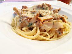 Pasta mit Eierschwammerlsauce Spaghetti, Pasta, Baking, Ethnic Recipes, Food, Meatless Recipes, Chef Recipes, Mushrooms, Eat Lunch