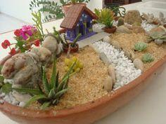 A pedidos de Greice Fernandes, SoniaXavier e outros seguidores do blog e da fanpage vou falar um pouco dos mini jardins de suculentas e ca...