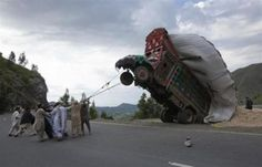 Pakistan'da aşırı saman yüklenen kamyonun sonu…