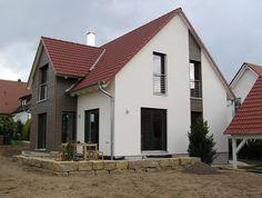 einfamilienhaus holzhaus satteldach haus anbau mit flachdach fassade gefliest modern fenster. Black Bedroom Furniture Sets. Home Design Ideas