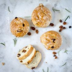 Pan di ramerino, a traditional tuscan sweet bun, is a sweet bread with rosemary and raisins, that my dad used to bring school when he was a kid. This is the recipe to make it at home. Sweet Buns, Sweet Bread, Bread Baking, Raisin, Food Pictures, Baking Recipes, Food To Make, Traditional, Kid