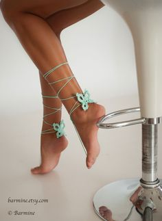 Estas sandalias de pies Descalzas mariposa románticas con acento de perlas pueden usarse descalzo o con zapatos. Usted puede…
