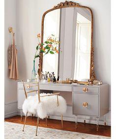 Moderna e glamourosa, essa penteadeira da Anthropologie deixa o cantinho de beleza ainda mais incrível - super referência para a sua casa