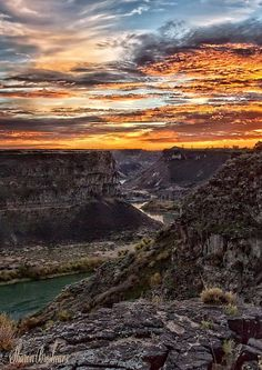 How can a day not be perfect when it starts with a sunrise as glorious as this? (Snake River Canyon near Twin Falls) Amazing Sunsets, Amazing Nature, Snake River Canyon, Pocatello Idaho, Rivers And Roads, Idaho Falls, Twin Falls, Nature Photos, Wyoming