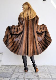 OUTLET SWINGER SAGA MINK COAT (another from behind).