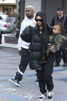 Kim Kardashian Photos Photos - Reality stars Kim and Kourtney Kardashian take their kids to have lunch with Kim's husband Kanye West at Something's Fishy in Woodland Hills, California on February The family was bundled up against the cold winter Kourtney Kardashian, Estilo Kardashian, Kim And Kourtney, Kim And Kanye, Kardashian Photos, Kardashian Style, Kardashian Jenner, Kardashian Kollection, Kendall Jenner Outfits