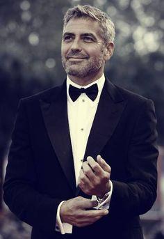 George Clooney, un autre roi des barbes. Il est un renard gris et J'aime la barbe de trois jours.