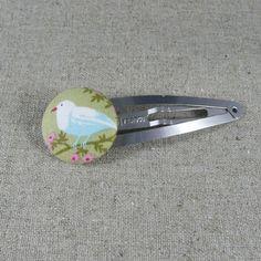 Barrette réalisée avec un bouton à recouvrir 38 mm.... Barrette, Tie Clip, Accessories, Button, Sewing, Hair Barrettes, Hair Clips, Tie Pin, Jewelry Accessories