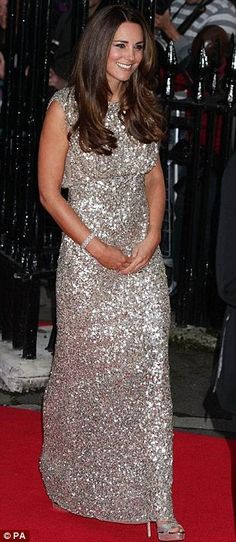 The Duchess of Cambridge is sparkling! Dress: Jenny Packham Where:The Duchess of Cambridge arriving at the inaugural Tusk Conservation Awards at the Royal Society in London. Style Kate Middleton, Kate Middleton Dress, Principe William Y Kate, Duchesse Kate, Gold Sequin Gown, Princesse Kate Middleton, Jenny Packham Dresses, The Duchess, Princesa Real