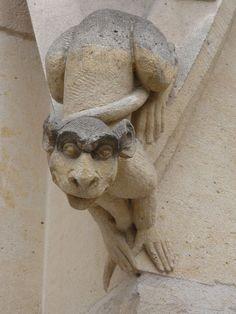 File:Statue d'un animal imaginaire sur le Palais de Justice de Rouen.JPG