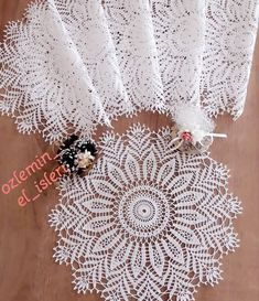 @ozlemin_el_isleri . . . . .#gelinmendili #mevlutortusu ..alinti#göznuru #ceyizlik #havlu #mutfakhavlusu #namazörtüsü #tülbent #igneoyasi… Free Crochet Doily Patterns, Crochet Mat, Crochet Doily Diagram, Crochet Stars, Crochet Circles, Crochet Motifs, Crochet Borders, Cotton Crochet, Crochet Home