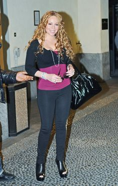 Mariah Carey Photos - Singer Mariah Carey signs autographs for the fans with lots of bodyguards around her at the Four Season Hotel. - Mariah Carey Signs Autographs