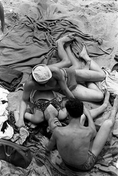 Henri Cartier-Bresson, Coney Island, New York, 1946 | picnic | beach | friendships | love | vintage | blankets | sunshine