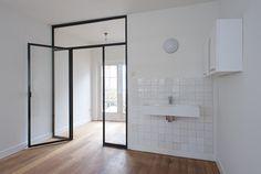 Binnen Vissersstraat | slaapkamer wasbak stalenpui pui staal witjes | architectenbureau Vroom (foto © Studio Kopp)