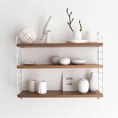 White decoration for the string Pocket shelf – Bookcase and pallet decoration ideas String Regal, String Shelf, Interior Styling, Interior Design, Kitchen Shelves, White Decor, Kitchen Flooring, Home Furniture, Home Accessories
