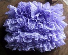 Shorts confeccionado em crochê e tricô. detalhes - babadinho em renda cor - lilás tamanhos - RN, 1 a 3 / 3 a 6 / 6 a 9 meses R$ 79,90