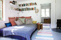 Gästrummet är ljust och enkelt inrett. När det gäller inredningen i torpet var det viktigt för Michael att den skulle vara enkel och andas sommarhus. På golven ligger trasmattor, möblerna är gamla och ofta lite slitna eller nya av obehandlat grovhugget trä. Nästan varje hörn i huset är inrett för avkoppling. Det kan vara en skön soffa, en säng, en hängmatta, en vilstol.