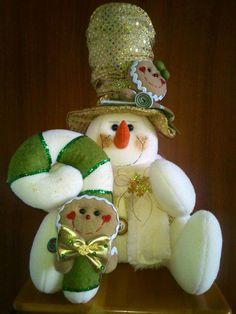 . Felt Christmas, Christmas Projects, Christmas Time, Christmas Ornaments, Christmas Ideas, Snowman Crafts, Felt Crafts, Homemade Dolls, Winter Project