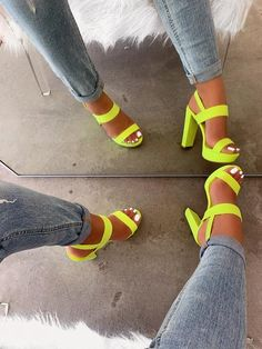Jeans and neon sandals - ChicLadies. Fashion Heels, Sneakers Fashion, Fashion Fashion, Runway Fashion, Fashion Trends, Neon Sandals, Aesthetic Shoes, Hype Shoes, Fresh Shoes