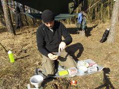 Śniadanie porranne w lesie