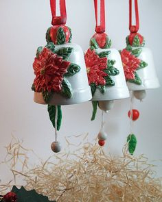 Campanelle in ceramica con decorazioni natalizie. Fatto di terra bianca e dipinto a mano. Ceramic bells with Christmas decorations. Made of white clay and hand painted.