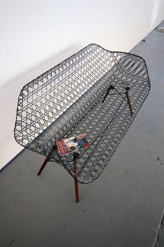 """Le designer américain Matthew Strong nous présente le """"Carbon Fiber Eames Sofa"""", une relecture du sofa Eames réalisé en fibre de carbone. Une pièce qui conserve le piétement de bois et les fixations métalliques, pour accueillir une coque de carbone légère et élégante."""