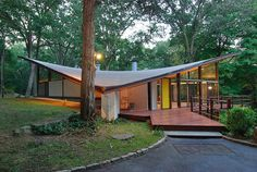 Butterfly roof and trees.by James Evans. New Cannan, Connecticut. See more mid-century houses clicking on the image. Mid Century Modern Design, Modern House Design, Modern Interior Design, Interior Designing, Mid Century Decor, Mid Century House, Mid Century Landscaping, Espace Design, Butterfly Roof
