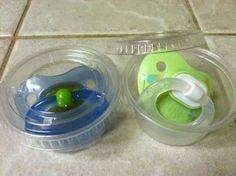 Ein sehr hilfreicher Life-Hack von mir an alle Eltern. Kleine Plastikdosen (zum Beispiel von Dips und Saucen) halten den Schnuller des Babys sauber. Einfach mal ausprobieren! | unfassbar.es