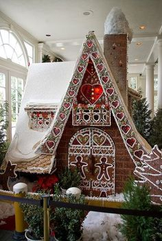 UniqueJunktique: Tuesday's Top 5 Favorite Junk Finds #15 Featuring Gingerbread Houses......Beautiful huge gingerbread house From Disney