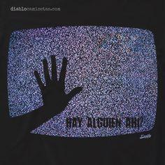 """Esta camiseta es un homenaje al clásico del cine de terror """"Poltergeist"""". En la camiseta aparece la pantalla de un televisor antiguo con ruido o nieve y una mano de niña a contraluz con la frase """"estás ahí?"""" www.diablocamisetas.com"""