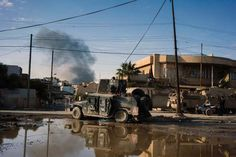Members of the Iraqi special forces advance in Mosul's Al-Zahraa neighbourhood on Jan. 7 during an o... - Dimitar Dilkoff/AFP/Getty Images
