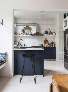 Une cuisine bleue marine et blanc de style industriel à Amsterdam