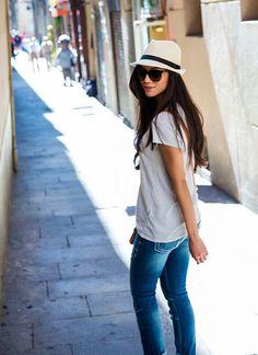 白Tシャツ×ジーンズ×中折れハットのコーディネート(レディース)海外スナップ   MILANDA