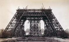 Eyfel Kulesi'nin çelik kirişleri zirveye doğru uzanırken, 1888.