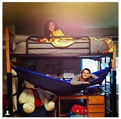 How to visit/sleepover in college. #college #eno College Survival Guide, College Checklist, Dorm Life, College Life, Dorm Room Setup, Dorm Room Styles, Eno Hammock, Dorm Hacks, Dorm Design