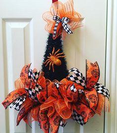 Halloween Mesh Wreaths, Halloween Door Decorations, Halloween Hats, Christmas Mesh Wreaths, Halloween Ideas, Diy Wreath, Witch Wreath, Wreath Crafts, Wreath Ideas