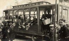 Falla con un tranvía con los pasajeros llevando cántaros y cesta en la plaza del Mercado, 1931