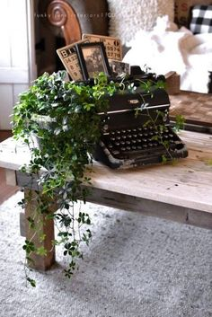 A junk filled summer home decorating tour – Funky Junk Interiors Vinage typewriter plant stand, vintage bingo cards, photos, part of a whole home JUNK tour via Funky Junk Interiors The living area is. Funky Junk Interiors, Deco Champetre, Antique Typewriter, Royal Typewriter, Funky Home Decor, Vintage Home Decorating, Ideias Diy, Deco Floral, Vintage Typewriters