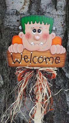 Welcome Frankie Wood Halloween Yard Art Decoration – Frankenstein Sign - Modern Halloween Yard Art, Halloween Wood Crafts, Halloween Rocks, Halloween Yard Decorations, Halloween Painting, Halloween Items, Outdoor Halloween, Holidays Halloween, Halloween Punch