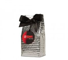 c84dbc2d6 Embalagem desenvolvida pela Publico Alvo Embalagens, em plástico bolha  metalizado, tipo saco com fundo quadrado. Embalagem personalizada com laço  e tag.