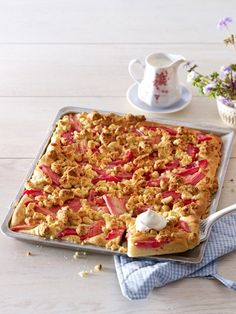 Rhabarberkuchen schmeckt nach Frühling - nach kitzelnden Sonnenstrahlen und verführerischen Frühlingsgefühlen. Verzaubern Sie Ihre Liebsten und laden Sie sie zu einem Stück rotstieligem Kuchenglück ein.
