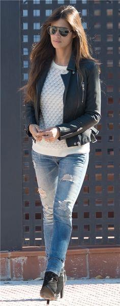 Sara Carbonero, con un look 'sport' a la salida de su casa