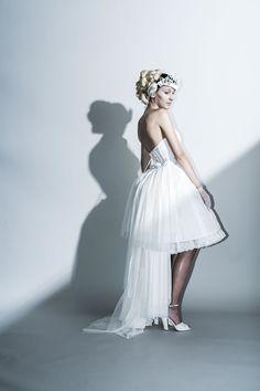 Coordinate dress …リバーシブルミニドレスにチュチュを合わせたコーディネートドレス。 ウエストには更にトレーンを引くスカートを重ね、シルエットの変化を楽しめます。